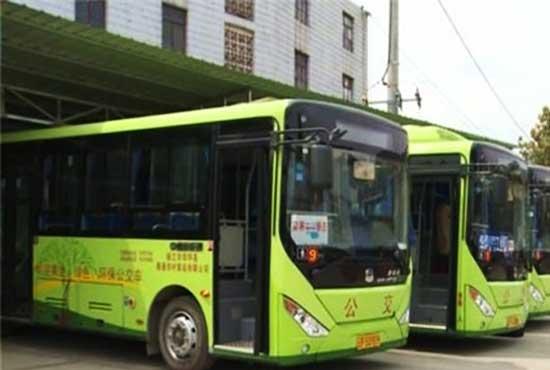 云南华坪:新能源公交车广受市民欢迎