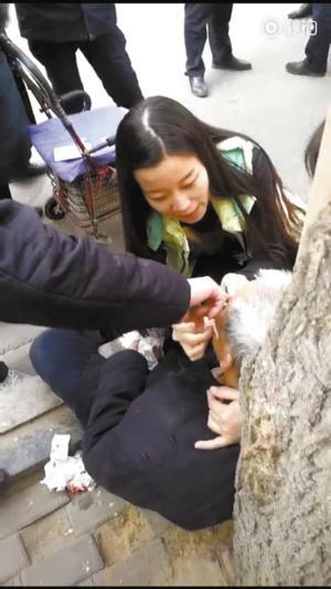 点赞!老人摔倒受伤 河北美女护士伸援手为其包扎