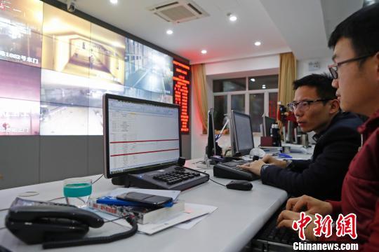 在上海静安区的网格化管理中心,工作人员对重要场所进行24小时监控。 殷立勤 摄