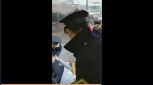 合肥一女子强行阻拦高铁发车 致列车晚点4分钟