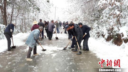 夫妻雪天探亲被困深山百余乡亲铲出十里回家路