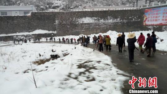 116位村民奋战五小时,在冰天雪地里扫出了一条长达五公里的通道。石桥坪村委会供图
