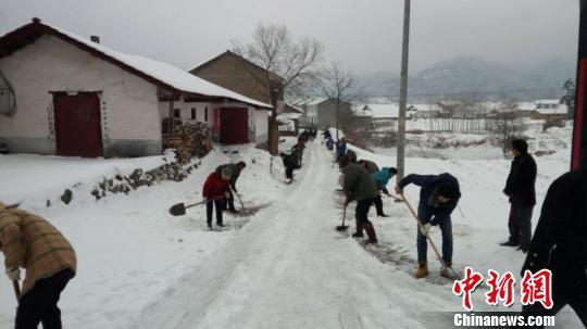 100多位村民上路除雪。石桥坪村委会供图