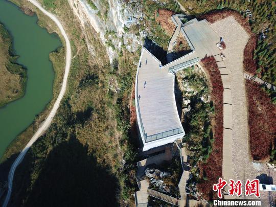"""贵州百米崖壁上建成中国首个""""悬浮美术馆"""""""