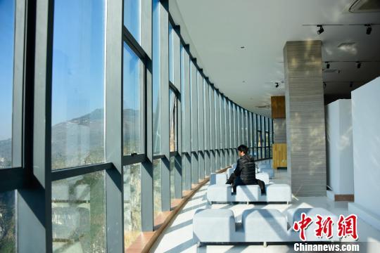 """""""悬浮美术馆""""里面也可欣赏公园外面风景,视觉效果十分震撼。 刘朝富 摄"""