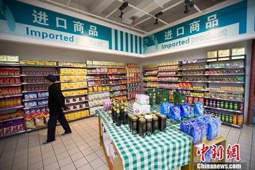 资料图:山西太原,民众正在超市挑选进口商品。<a target='_blank' href='http://www.chinanews.com/' _fcksavedurl='http://www.chinanews.com/'></table>中新社</a>记者 张云 摄