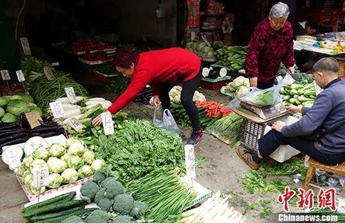 图为成都某市场内蔬菜标注的价格,一些民众正在挑选。(资料图) <a target='_blank' href='http://www.chinanews.com/' _fcksavedurl='http://www.chinanews.com/'></table>中新社</a>记者 刘忠俊 摄