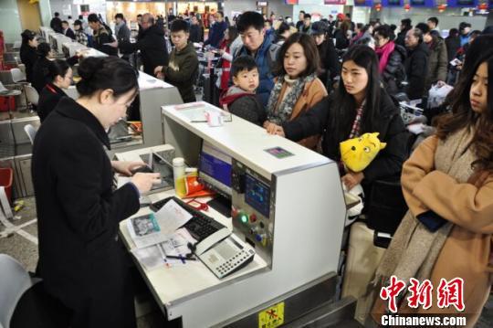 图为旅客等待值机。 吕俊明 摄