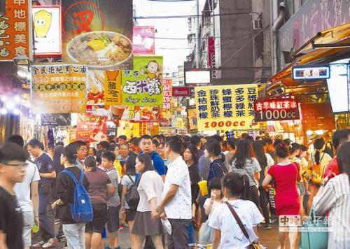 """逢甲夜市虽然是台湾唯一入选品牌市集的夜市,但依旧难摆脱""""垦丁化""""隐忧。(图片来源:台湾《中时电子报》)"""