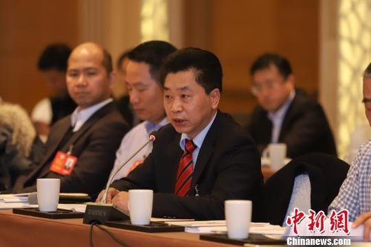 来自香港的贵州省政协委员温�f平在发言。 瞿宏伦 摄