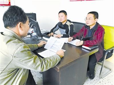 图为江西省会昌县纪委干部在向有关村民了解李炳生违纪情况。刘珈序 摄