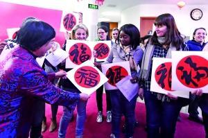 """麦子店汉语学堂的学员们收到了春节""""福""""字。图片来源:北京晨报"""