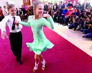 Elena和小伙伴在现场表演了恰恰舞和摇摆舞,赢得了阵阵掌声。图片来源:北京晨报