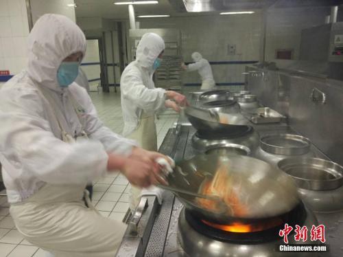 工作人员在制作干炒牛河。 <a target='_blank' href='http://www.chinanews.com/' _fcksavedurl='http://www.chinanews.com/' >中新网</a>记者 李金磊 摄