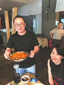 蒋毅把开小龙虾馆当作自己的爱好。
