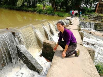 四川华蓥20名孩子汛期冒险过桥上学