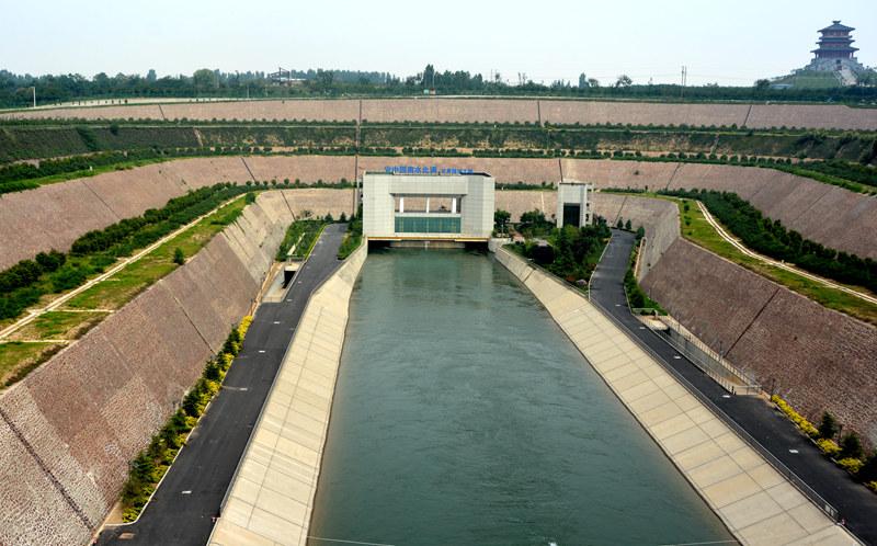 穿黄工程是南水北调中线关键控制性工程。工程位于河南省郑州市黄河京广铁路桥上游约30km处,总长19.30km。图为穿黄工程南岸穿黄隧洞入口。(人民网记者孙博洋摄)