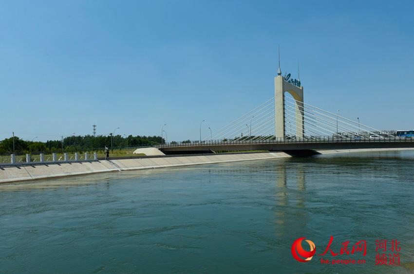 图为中国南水北调七里河倒虹吸工程段,一渠清水通过这里流向下一个地点――临城。付兆飒 摄