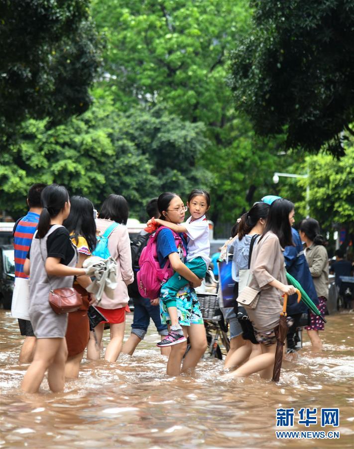 """(环境)(2)台风""""艾云尼""""携雨袭广州"""