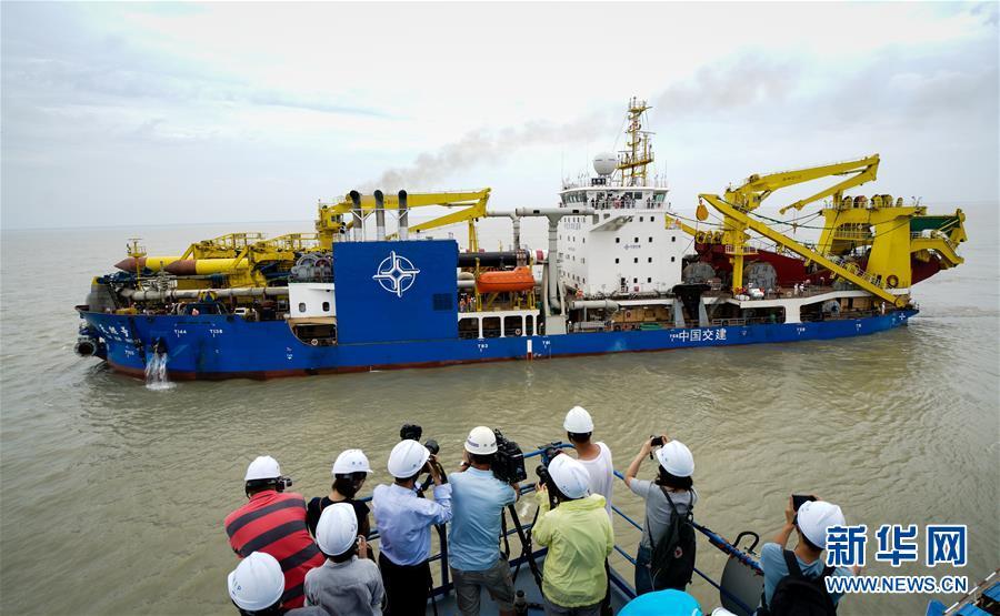 """(经济)(1)中国自主设计建造重型挖泥船""""天鲲号""""出港海试"""