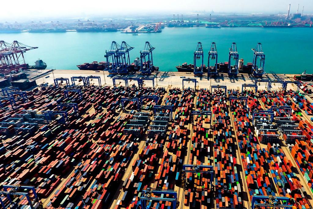 青岛港前湾自动化集装箱码头(5月4日无人机拍摄)。 新华社记者 郭绪雷 摄