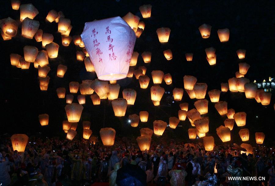 Rising lanterns light up sky to mark Lantern Festi
