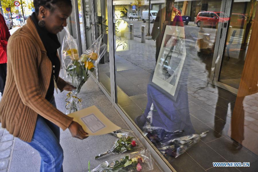 People mourn over death of Mandela in Brussels