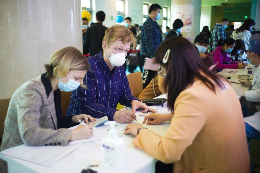 Beijing, Guangdong administer COVID-19 vaccines to foreigners