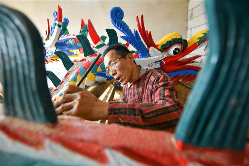 Handicraftsmen prepare for upcoming Dragon Boat Festival