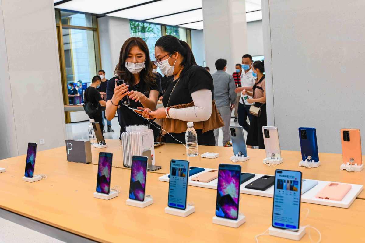 Smartphone makers target sales peak