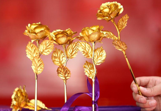 Golden roses get popular prior to Valentine's Day, E China