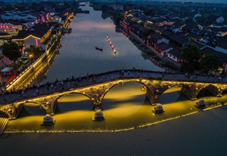 People enjoy night scenery in Hangzhou