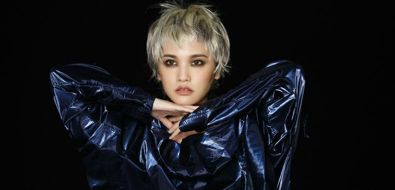 杨丞琳《炼爱》MV首播 乱短发、烟熏妆化身提炼爱情的女巫