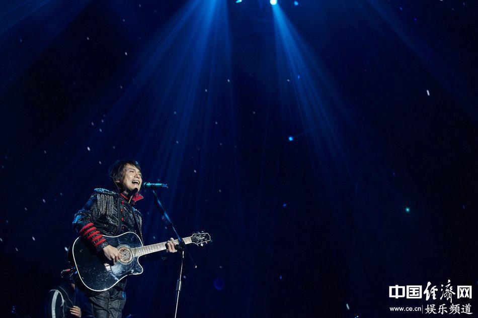 连续3年受邀到马来西亚办演唱会,超人气的伍佰,更以实际行动回馈粉丝