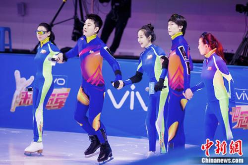 终结者队携手滑向冰面中央。