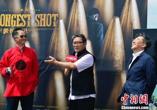 图为该片主演王志文(左)、李立群(中)和导演徐顺利(右)在发布会上。 龙剑武 摄