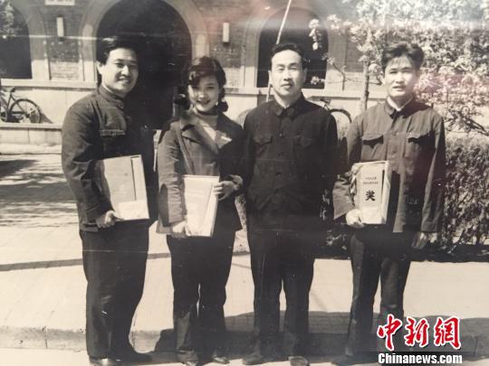 丁荫楠(左一)凭《春雨潇潇》获奖与获奖者陈冲(女)等合影。 受访者提供 摄