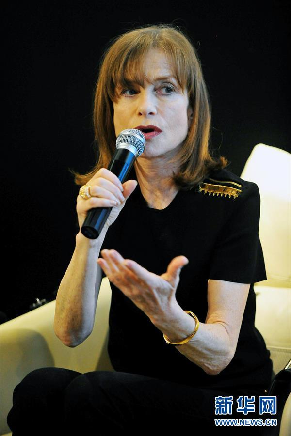 (文化)(2)法国演员伊莎贝尔・于佩尔读杜拉斯演出发布会在京举行