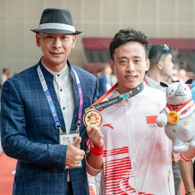 赵文卓亲临亚运会 为中国首金运动员颁奖