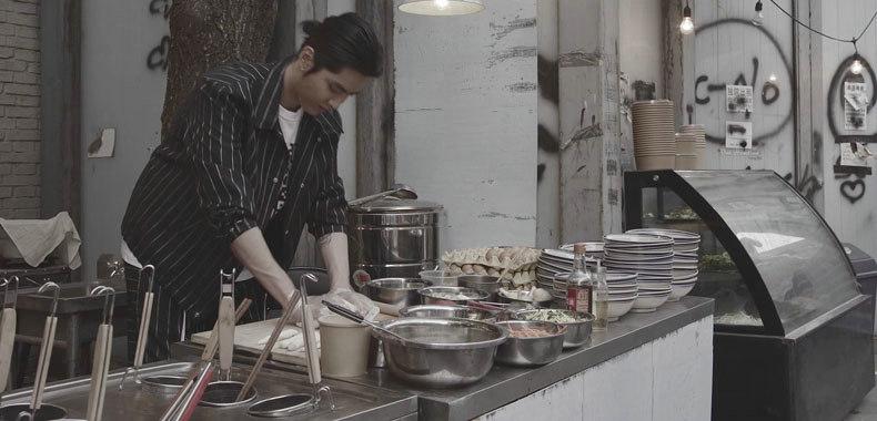 吴亦凡化身观察者揭示百态人生 《大碗宽面》MV再掀热潮