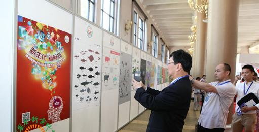 观众在参赛作品展板前观看拍照.jpg