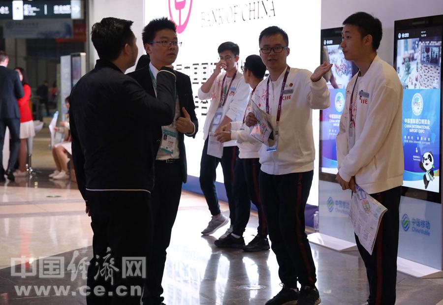 (進博會) 青年志愿者服務進博會-5(本-FZ10021770619.JPG