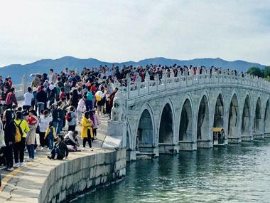 中国经济网资料图:国庆 20191005 颐和园 十七孔桥上游人如织摄影付云鹏.jpg