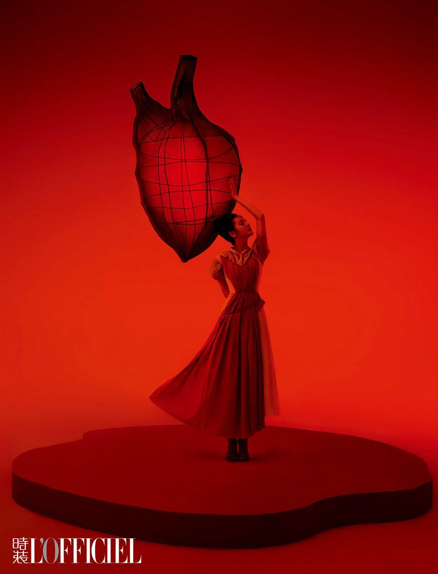 迪丽热巴《时装LOFFICIEL》封面大片像漫游仙境的爱丽丝