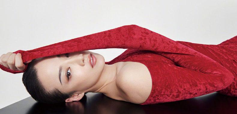 谭卓《ELLE》6月刊时尚大片 美丽中尽显力量感