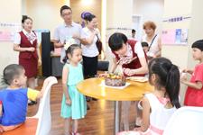 暖心陪伴:兴业银行社区支行员工为社区的小朋友过生日