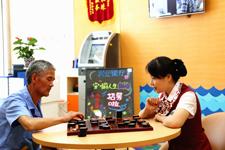 暖心陪伴:兴业银行社区支行员工陪社区的老年居民下棋