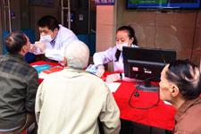 便民服务:兴业银行社区支行开展的社区义诊活动