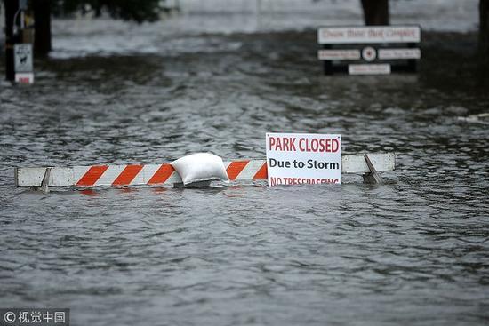 """飓风""""佛罗伦斯""""登陆美国 8万户停电1500趟航班取消"""
