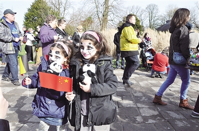 比利时小朋友在天堂动物园等待欢迎中国大熊猫的到来